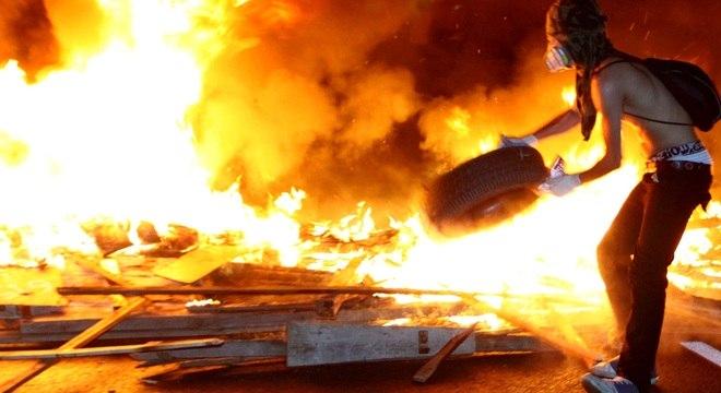 Manifestantes bloqueiam a rodovia Régis Bittencourt, na altura do Rodoanel, nesta quinta-feira