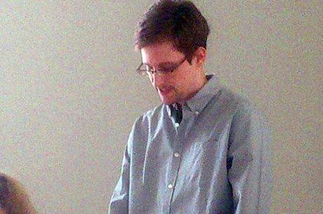 Snowden participou hoje de um encontro com defensores dos direitos humanos no aeroporto de Moscou