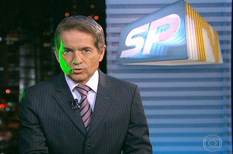 Luzes verdes refletem no rosto de Carlos Tramontina