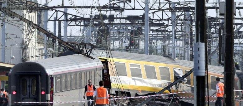 As autoridades ativaram um plano de resgate para ajudar os viajantes que continuavam presos no interior do trem, entre os quais havia dezenas de feridos, alguns deles eletrocutados
