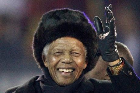 Mandela se tornou o primeiro presidente da África do Sul eleito democraticamente em eleições livres de restrições raciais em 1994