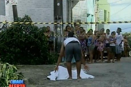 Vizinhos da vítima ajudaram a cobrir corpo com um lençol