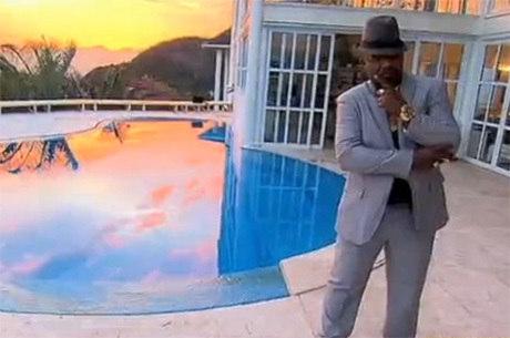 Mr. Catra convive com os filhos em um casarão na zona oeste do Rio