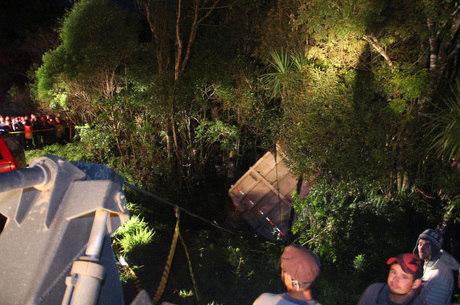 Carreta bateu em carro, na BR-476, matando um casal e uma menina de 12 anos, na noite de sábado (20)