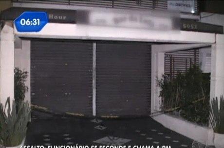 Bandidos entraram no local e roubaram dinheiro dos clientes