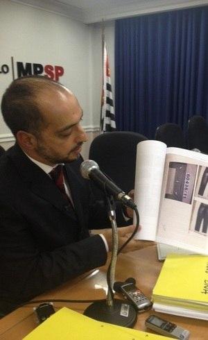 Promotor mostra calça onde estavam manchas de sangue