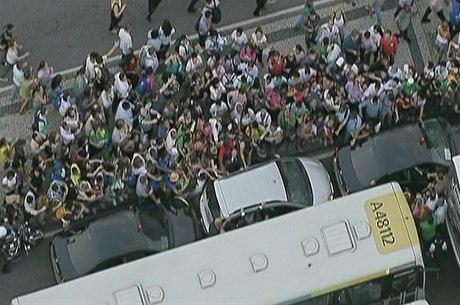 Com o trânsito provocado na capital fluminense, uma multidão cercou  o carro em que o papa Francisco estava