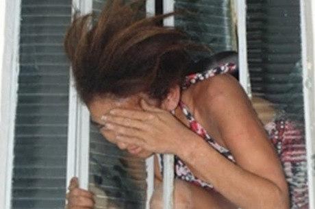 Mulher ficou entalada ao tentar fugir por janela de delegacia