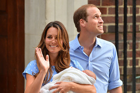 Kate Middleton carrega o filho e acena para uma multidão que a aguardava há horas em frente ao hospital St. Mary, em Londres