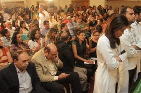 Médicos ficam de costas para ministro da Saúde durante encontro