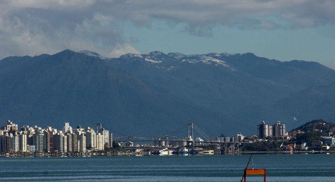 Em Florianópolis, neve caiu e deixou o topo do morro do Cambirela branco nesta terça-feira
