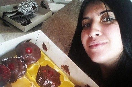 Priscila Pires posa ao lado de caixa de doces