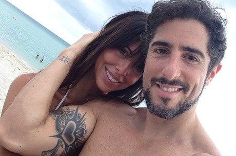 Marcos Mion curte praia de Miami com a mulher