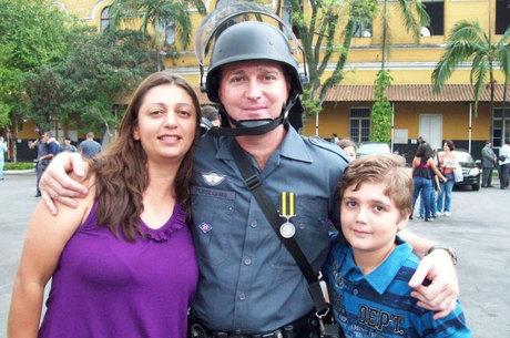 Na foto, o sargento da Rota aparece com a mulher, a cabo Andréia, e com o filho Marcelo, principal suspeito do crime