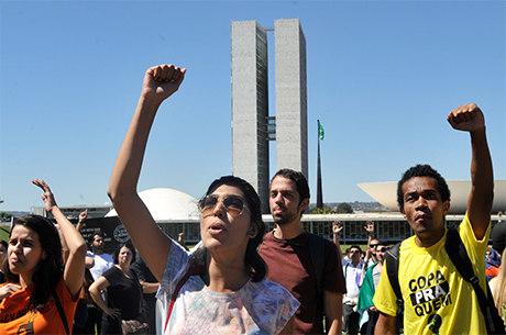 Apoio aos protestos sobe entre os mais escolarizados: 93% dos brasileiros com ensino superior apoiam as manifestações nas ruas
