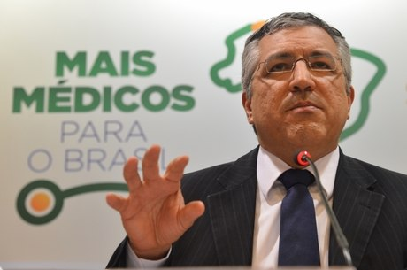 Ministro da Saúde recebe médicos cubanos