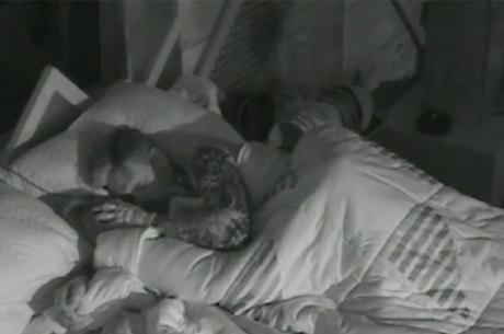 Bárbara Evans e Mateus Verdelho protagonizam cenas calientes embaixo do edredom