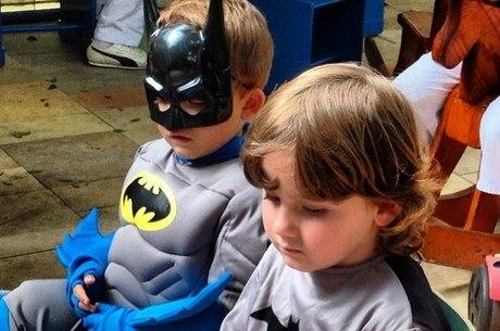 Filho de Otávio Mesquita aparece vestido de super-herói
