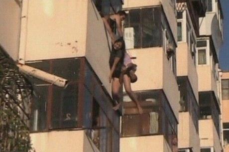 Um homem da Província chinesa de Heilongjiang, que estava na varanda de sua casa, conseguiu pegar em plena queda uma mulher de 20 anos que pulou do apartamento acima