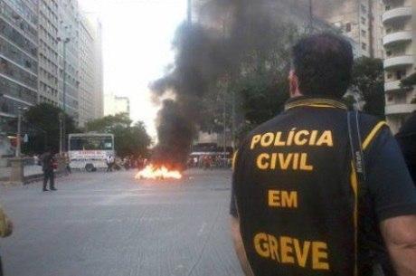 Manifestantes atearam fogo em caixões