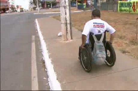 Poste no meio da calçada impede a passagem de cadeirantes. Para denunciar casos de falta de acessibilidade como este em Ceilândia, a população pode ligar para o número 3471 9850
