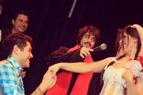 Nasser pede Andressa em casamento em evento beneficente