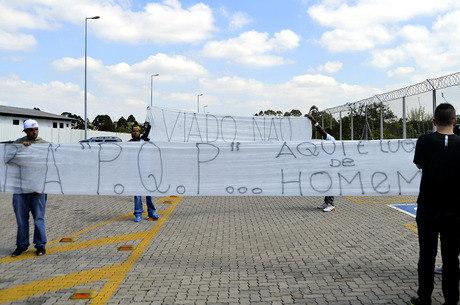 Faixa com dizeres homofóbicos foi exibida em frente ao Centro de Treinamento do Corinthians