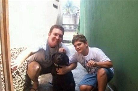 Na foto, Marcelo, principal suspeito dos crimes, aparece com o pai, o sargento da Rota, Luis Marcelo Pesseghini