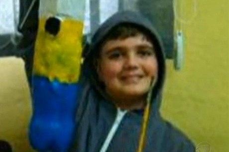 Na foto, Marcelo aparece de capuz; o comportamento teria sido influenciado por um jogo de videogame, segundo a polícia