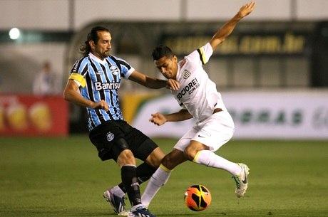 Barcos e Cícero brigam pela bola; argentino perdeu grande chance