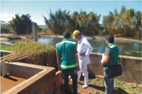 Abatedouro foi autuado por maus-tratos e crime ambiental, pagou uma multa de R$ 5.608,40 e terá 30 dias para sanar irregularidades