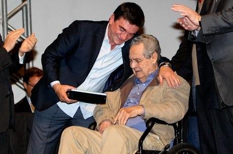 Gylmar dos Santos Neves recebe homenagem do ex-presidente corintiano Andrés Sanchez em 2012