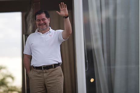 Molina acena para jornalistas em frente à casa de seu advogado, em Brasília, onde está hospedado