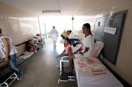Pacientes internados ficam em macas nos corredores do Hospital de Base de Vitória da Conquista, na Bahia