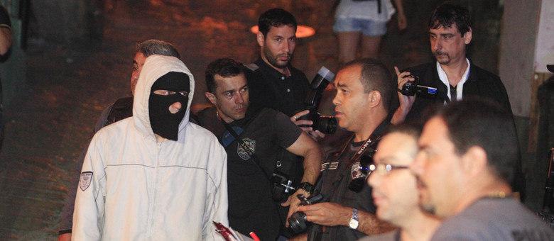 Policiais tiveram rosto coberto durante a reconstituição na semana passada