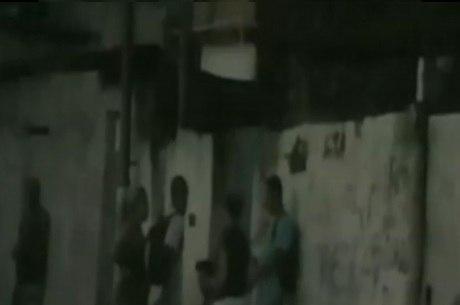 Vídeo mostra tráfico em ruas da baixada à luz do dia