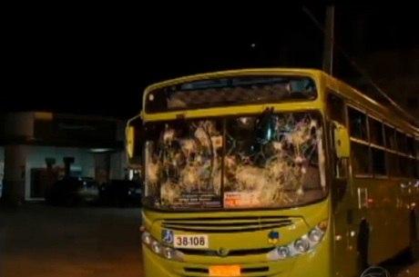 Diversos ônibus ficaram destruídos após a revolta dos passageiros