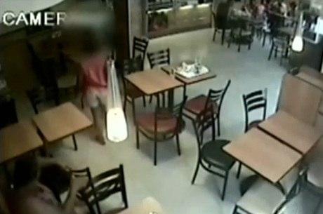 Menina coloca o celular no bolso e grupo deixa o estabelecimento