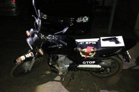 Veículo roubado foi levado para a 8ª DP, que investiga o caso