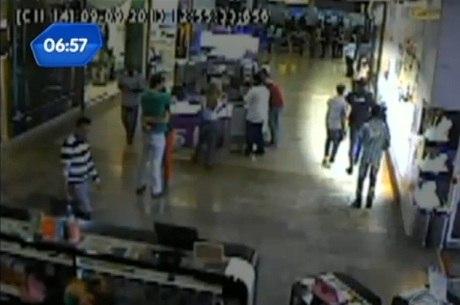 Imagem mostra criminoso rendendo segurança em shopping