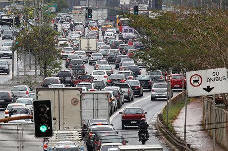 Caminhões e veículos velhos são os vilões da poluição do ar, segundo levantamento do Ibope