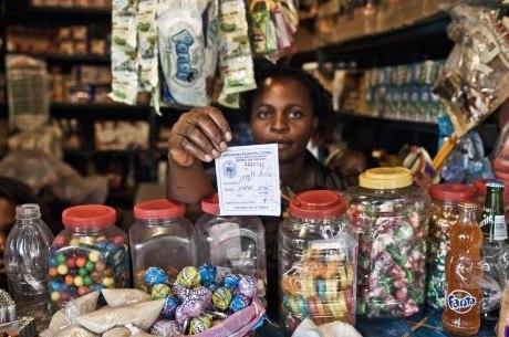 Muchanga Caroline, da Zâmbia, vende açúcar no mercado e paga 90 vezes mais imposto que a empresa produtora