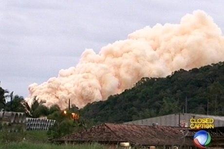 O que mais preocupa as autoridades é a fumaça altamente tóxica que se levanta do incêndio