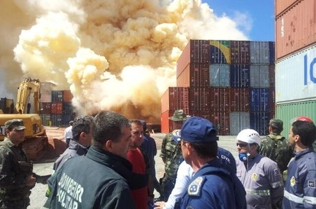 Bombeiros resfriam apenas a área em volta do local do incêndio porque a água pode tornar a fumaça tóxica
