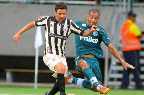 Ex-são-paulinos Juan e Rodrigo brigam pela bola em Salvador (BA)