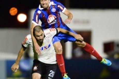 Danilo divide bola com jogador do Bahia em vitória corintiana