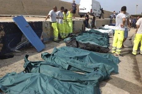 Os corpos foram colocados dentro de sacos mortuários verdes e levados depois para um hangar do aeroporto da ilha