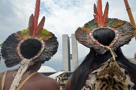 Índios fazem enterro simbólico de políticos em frente ao Congresso