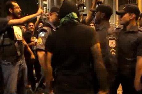 Vídeo flagrou policial tentando prender manifestante em flagrante