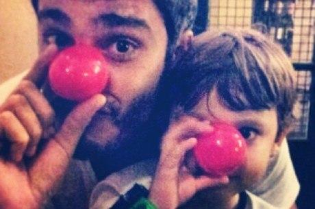 Thiago Rodrigues faz pose ao lado de Gabriel